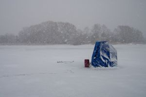 743777_ice_fishing_in_bad_weather_2